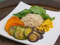 Ensalada de arroz yamaní y verduras grill