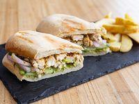Sándwich pollo grillado con papas rústicas