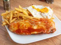 Milanesa de carne napolitana con huevo frito y guarnición