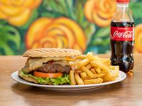 Combo 3 - Hamburguesa casera de carne  + porción de papas fritas + Coca-Cola 250 ml