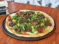 Pizza con rúcula y tomates hidratados