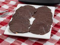 Bandeja de hojillas pasta de almendras bañadas en chocolate