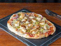 Pizza con Muzzarella, Jamón, Pollo Grillé, Puerro y Cebolla Colorada