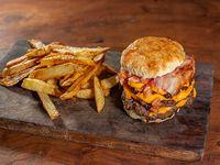 Hamburguesa triple con cheddar, panceta, cebolla con ketchup y papas fritas
