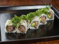 Uramaki roll de tartar de pescado blanco, mayonesa picante y palta