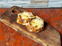 Empanada de tomate, queso y albahaca