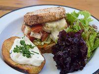 Sándwich veggie con papa Adorado y mix de verdes