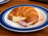Medialuna de manteca de jamón y queso