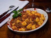 Ñoquis o Cintas con salsa boloñesa o fileto (comen 3)