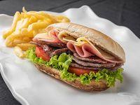 Combo - Sándwich de lomo especial + papas medianas + bebida