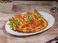 Omelette de jamón y queso con ensalada mixta