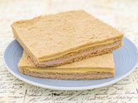 Sándwich de pan negro de jamón y queso