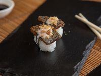 Niguiris de salmón skin nikkei (2 piezas)