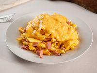 Papas fritas con salsa de queso cheddar y bacon