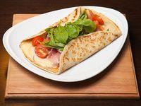 651 - Panqueque de rúcula, jamón crudo, queso y tomate
