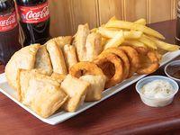 Combo familiar 4 - 5 aros de cebolla + 6 empanadas ravioleras (cuadradas) + 4 tequeños + 4 empanaditas medialuna + papas fritas + 2 bebidas 250 ml