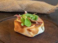 Canastita de rúcula con jamón crudo