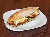 Sándwich de churrasquito de pollo, rúcula y tomate