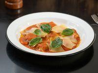 Ravioles de espinaca y provolone con salsa de tomate y albahaca