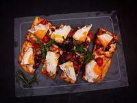 Pizza con Muzzarella, Huevo Frito, Tomates Cherry Asados y Crocante de Panceta
