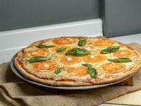 Pizza con queso, queso de cabra, tomate y albahaca