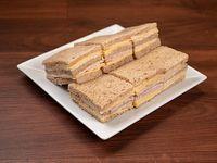 Sándwich triple mixto de lomito ahumado