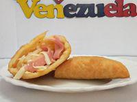 Empanada Venezolana de jamón y queso