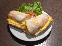 Sándwich caliente con queso