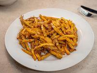 Papas fritas naturales con chedar y panceta