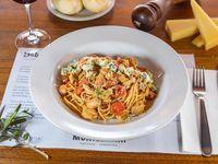 Spaghettis alla Azzurro con Salmón