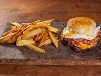 Hamburguesa doble cheddar, panceta, cebolla con ketchup y huevo
