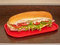 Sándwich de pan fauta, jamón, queso, tomate y lechuga