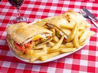 Sándwich de milanesa completo con papas fritas