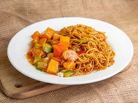 Fideos chow mein con zapallo salteados con proteína de soja
