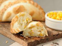 Empanada de choclo con salsa blanca y muzzarella