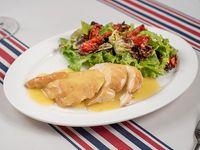 Pollo al limón con mix de verdes y tomates provenzal
