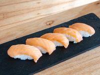 Niguiris de salmón ahumado (5 unidades)