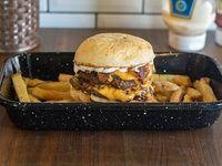 Hamburguesa Dirty Love doble con papas fritas