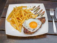 Bife de chorizo con papas fritas y huevo frito