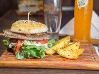 Hamburguesa vegetariana con papas rusticas