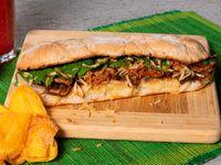 Sándwich de Cerdo Desmechado y Cebollas Caramelizadas