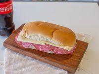 Sándwich pebete de salame y queso + bebida Coca-Cola 500 ml