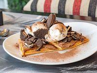 Waffle oreo con dulce de leche, helado y galletitas óreo