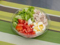 Ensalada de lechuga, tomate, huevo y pollo