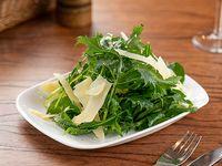 Ensalada de hojas verdes, semillas y parmesano