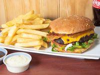 Hamburguesa de carne de res con papas fritas + bebida 250 ml +4 Nuggets de pollo sin costo