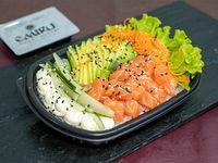 Ensalada Poked clásico con base de arroz de sushi