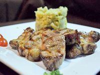 Bondiola de cerdo con puré de batatas y cebollas caramelizadas