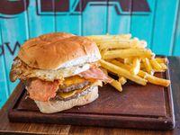 Hamburguesa Doble cheddar, Bacon y Huevo con papas fritas