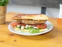 Sándwich de milanesa de carne con guarnición